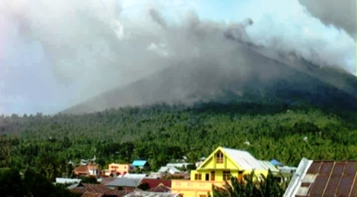 Foto Gunung Gamalama Meletus