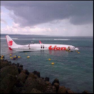 Foto Pesawat Lion Air Tergelincir di Laut Airport Ngurah Rai Bali